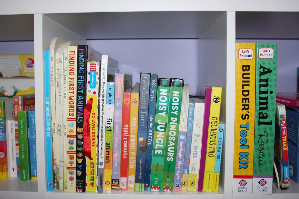 półka z kolorowymi książkami po angielsku